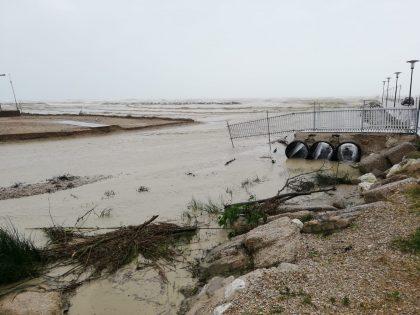 Maltempo, il ponticello dell'Arzilla spazzato via dall'acqua (foto) – VIDEO