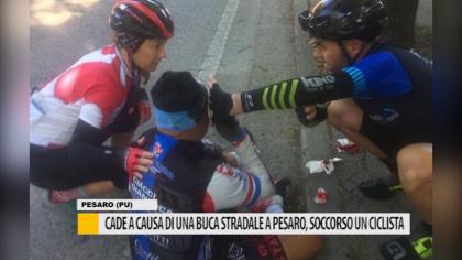 Cade a causa di una buca stradale a Pesaro, soccorso un ciclista – VIDEO