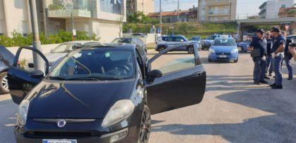 Polizia intercetta un'auto sospetta, scatta l'inseguimento in zona mare: un ferito e un arresto