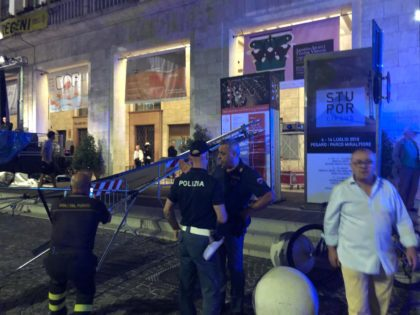 Crolla telo maxischermo a Pesaro. Donna ferita, concerto ritardato (foto e video)