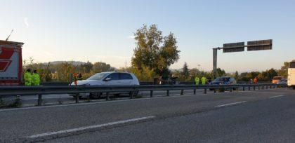 Scontro tra due auto in Supestrada, una si adagia su un fianco. Due feriti lievi (FOTO)