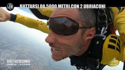 Le Iene a Fano per lo scherzo ad Alvin. Giù dal paracadute con due istruttori ubriachi (GUARDA IL VIDEO)