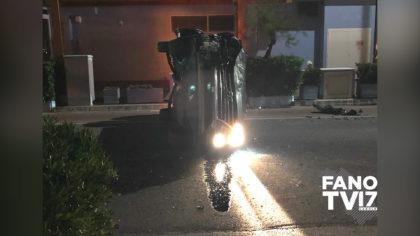 Paura a Sassonia di Fano: auto si rovescia lungo viale Adriatico – VIDEO