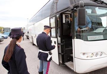 Spunta hashish su un autobus di studenti delle superiori – VIDEO