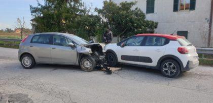Scontro tra due auto. Ragazza di Fano finisce all'ospedale – VIDEO