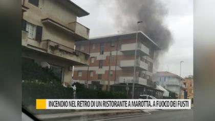 Incendio nel retro di un ristorante a Marotta. A fuoco fusti all'esterno – VIDEO