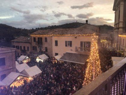 """La Magica nevicata incanta i visitatori di """"Natale a Mombaroccio"""": boom di presenze"""