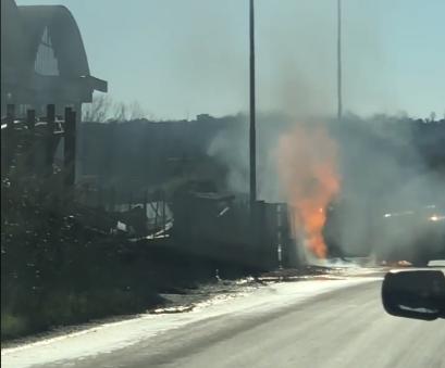 Auto finisce contro una colonnina del gas metano e scoppia un incendio (guarda il video)
