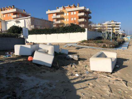 A Torrette di Fano, rifiuti abbandonati in spiaggia – VIDEO